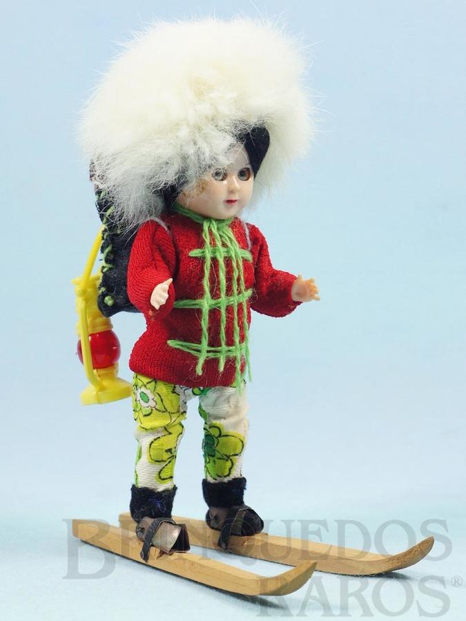 Brinquedo antigo Boneco explorador com esqui de madeira 20,00 cm de altura Cabeça e corpo de plástico rígido Olhos de dormir Década de 1960