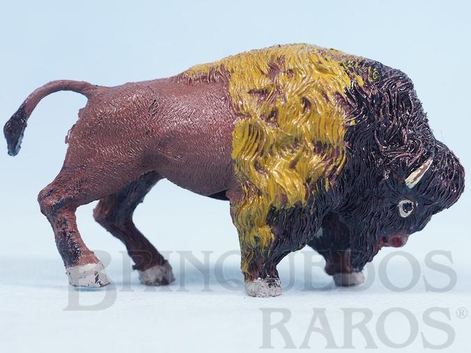 Brinquedo antigo Búfalo de cabeça abaixada Série Planície Selvagem Década de 1960