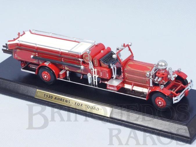 Brinquedo antigo Caminhão de Bombeiros 1930 Ahrens-Fox Quad Engine Yesteryear com 25,00 cm Escadas Destacáveis Acompanha Base de Madeira