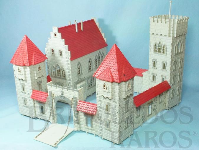 Brinquedo antigo Castelo Medieval com 42,00 x 38,00 cm de base Década de 1970