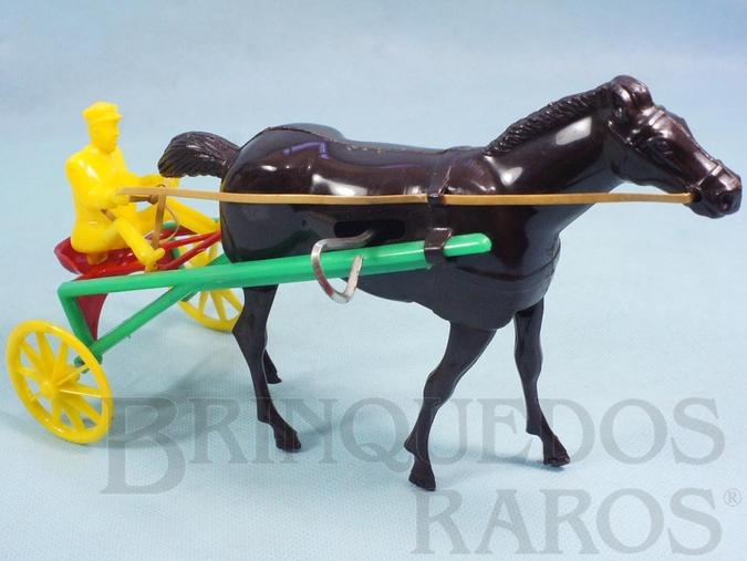 Brinquedo antigo Charrete de Corrida Sulky com 25,00 cm de comprimento Cavalo movimenta as pernas para andar Década de 1960