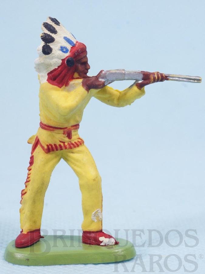 Brinquedo antigo Chefe índio de pé atirando com rifle Década de 1970