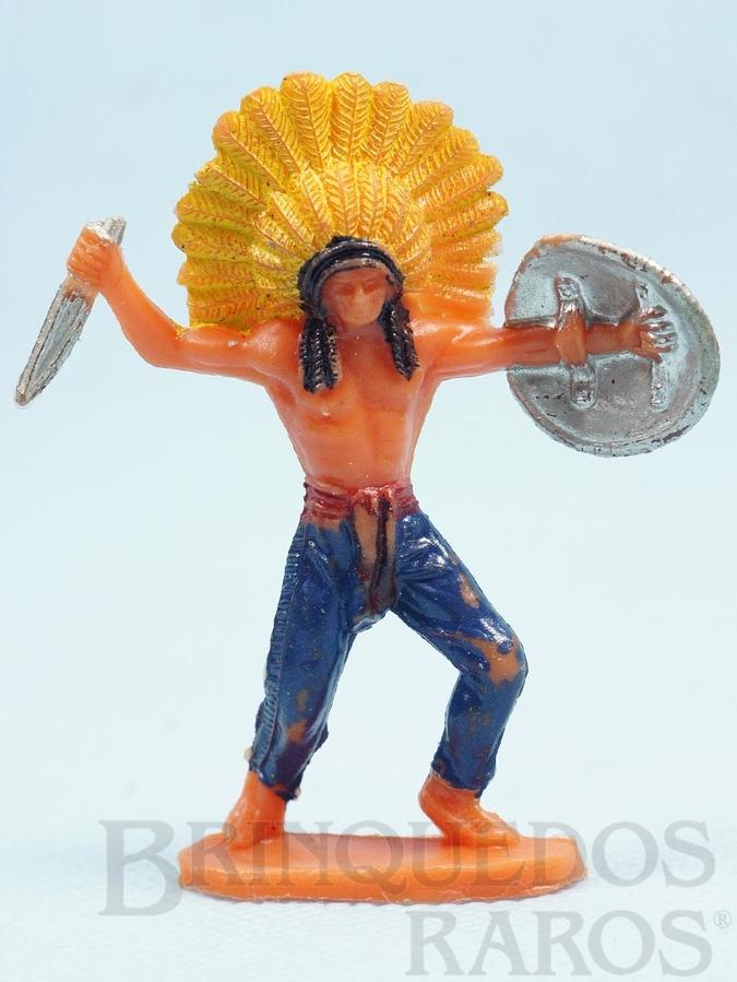 Brinquedo antigo Chefe índio de pé com faca e escudo Década de 1970