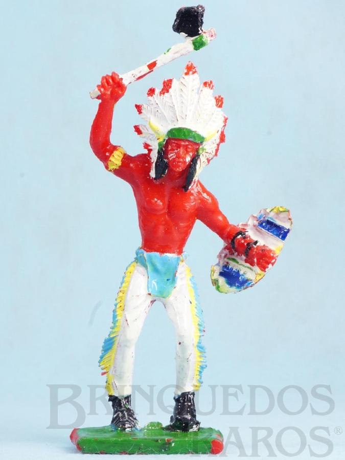 Brinquedo antigo Chefe Índio de pé com machado e escudo 12,50 cm de altura Década de 1970