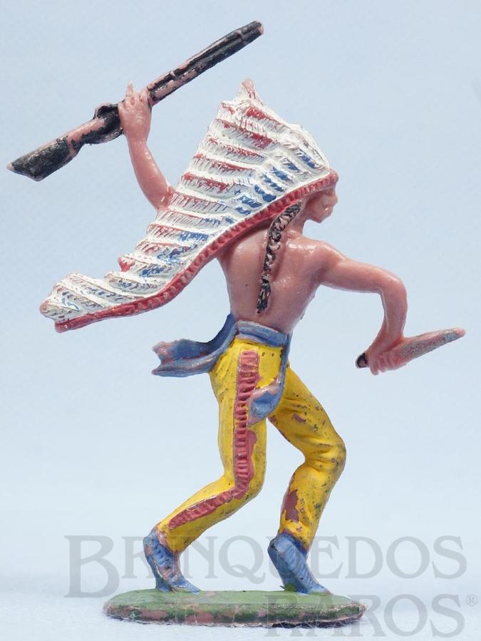 Brinquedo antigo Chefe índio de pé com rifle e faca Gulliver Década de 1970