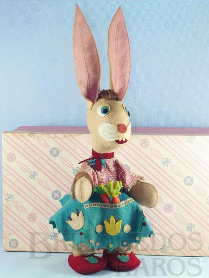 Brinquedo antigo Coelha com 52,00 cm de altura Corpo todo em feltro com detalhes em pêlo de coelho Blusa de tecido e saia de feltro Traz duas cenouras no bolso da saia  Década de 1950