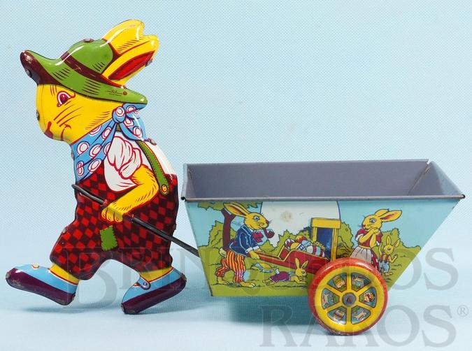 Brinquedo antigo Coelho puxando Carriola com 29,00 cm de altura Década de 1960