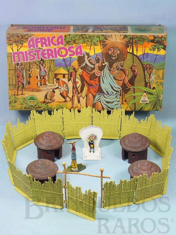 Brinquedo antigo Conjunto Africa Misteriosa versão com Paliçada verde claro com encaixes perfeitos Quatro cabanas Trono com Rei e Totem  100% original Perfeito estado Ano 1978