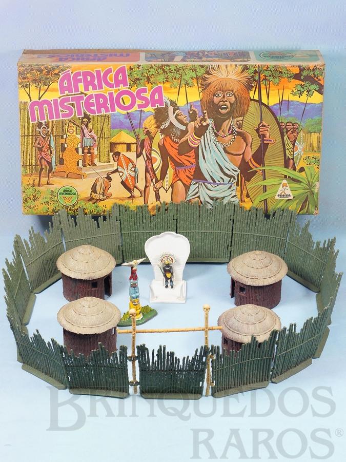 Brinquedo antigo Conjunto Africa Misteriosa versão com Paliçada verde escuro com encaixes perfeitos Quatro cabanas Trono com Rei e Totem 100% original Perfeito estado Ano 1978