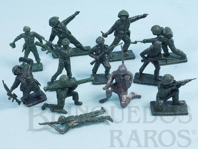Brinquedo antigo Conjunto completo com 12 Soldados em posições diversas Brinde Toddy Década de 1960