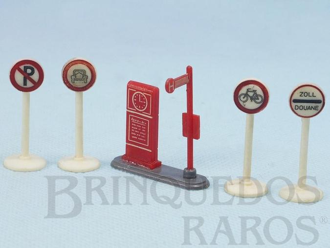 Brinquedo antigo Conjunto de Parada de Ônibus e quatro Placas de sinalização de Transito Década de 1950