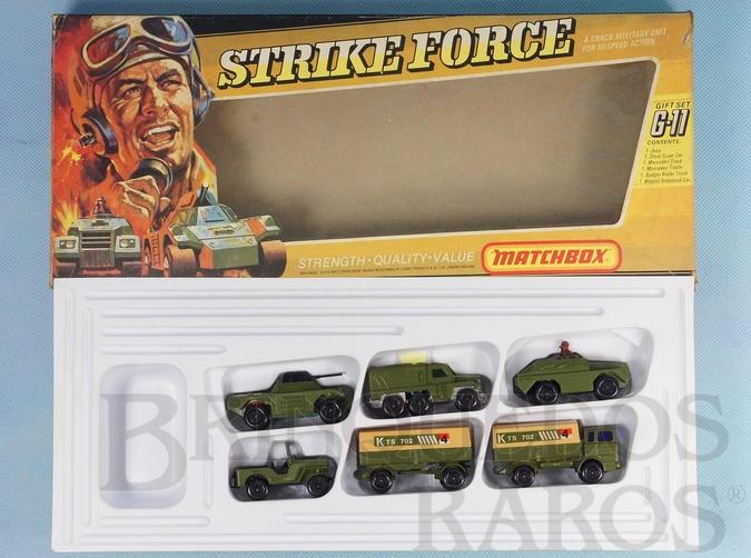 Brinquedo antigo Conjunto Strike Force Gift Set Superfast contendo 6 itens militares Jeep Stoat Mercedes Truck and Trailer Badger e Weasel Completo Perfeito estado Década de 1960