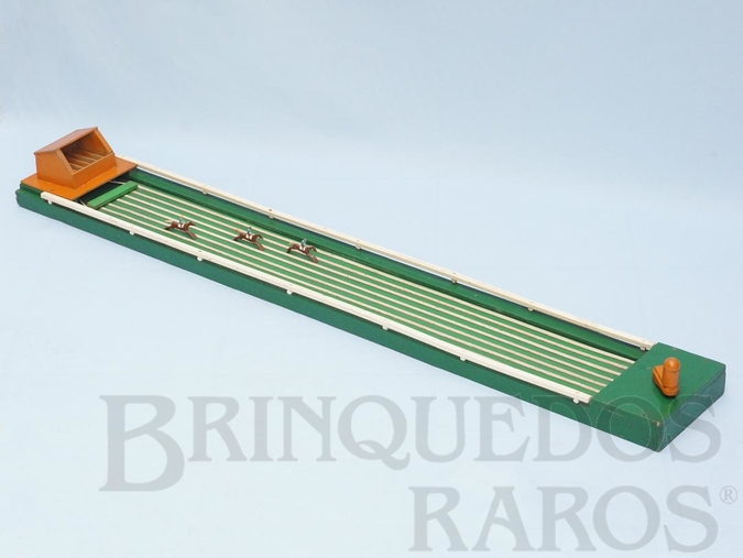 Brinquedo antigo Corrida de cavalos com 123,00 cm de comprimento para cavalos de chumbo Fabricado no Rio de Janeiro Para seis cavalos Acompanha 3 cavalos Década de 1960