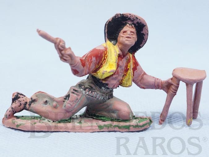 Brinquedo antigo Cowboy brigando no Saloon com revolver e banqueta