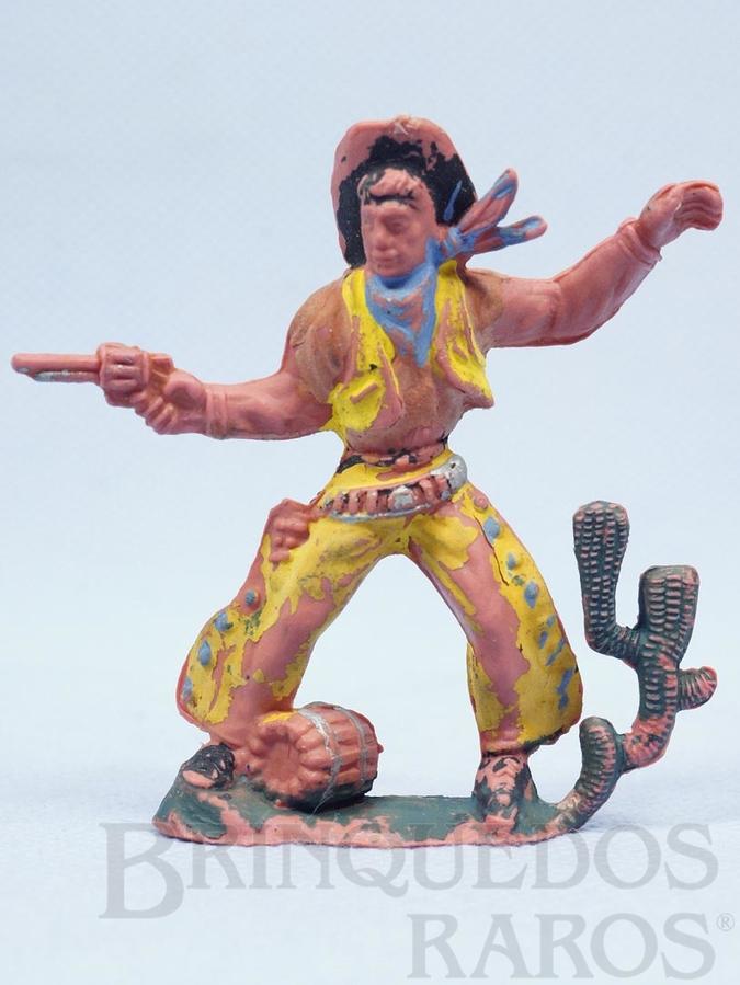 Brinquedo antigo Cowboy de pé atirando com revolver Barril e Cactus na base Gulliver Década de 1970