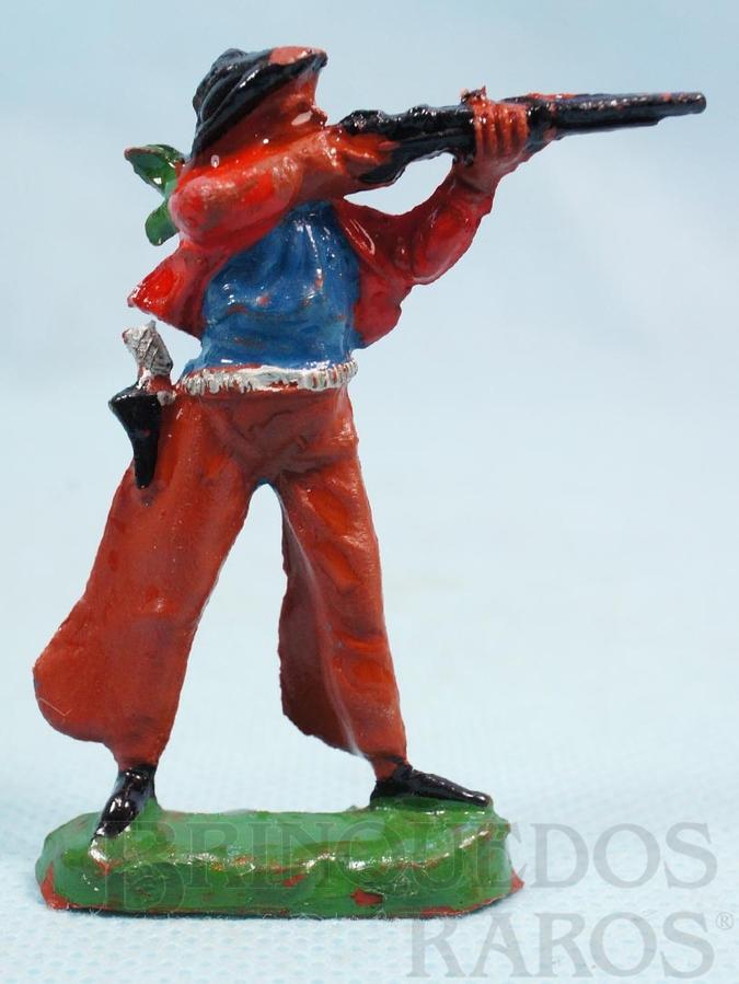 Brinquedo antigo Cowboy de pé atirando com rifle de plástico marrom pintado Década de 1960