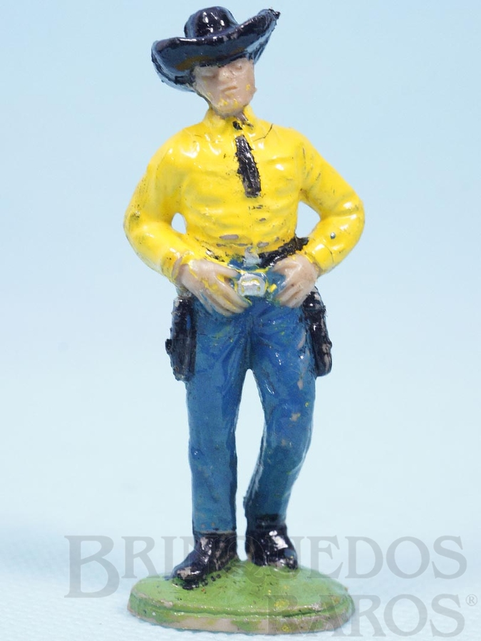 Brinquedo antigo Cowboy de pé com as mãos no cinturão Casablanca numerado 160 Década de 1960
