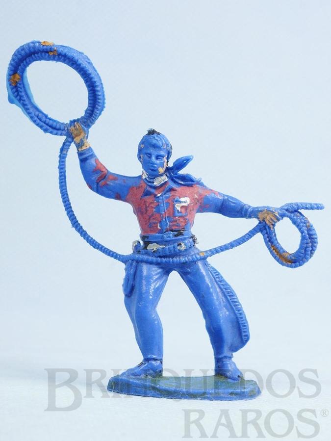 Brinquedo antigo Cowboy de pé com laço de plástico azul pintado Década de 1970