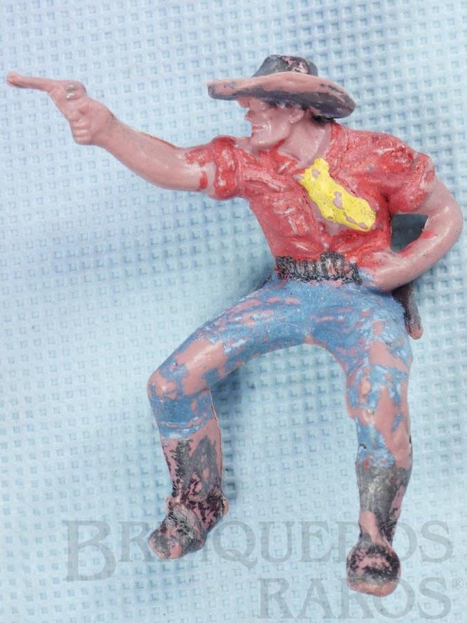 Brinquedo antigo Cowboy montado a cavalo atirando com revolver Gulliver Década de 1970