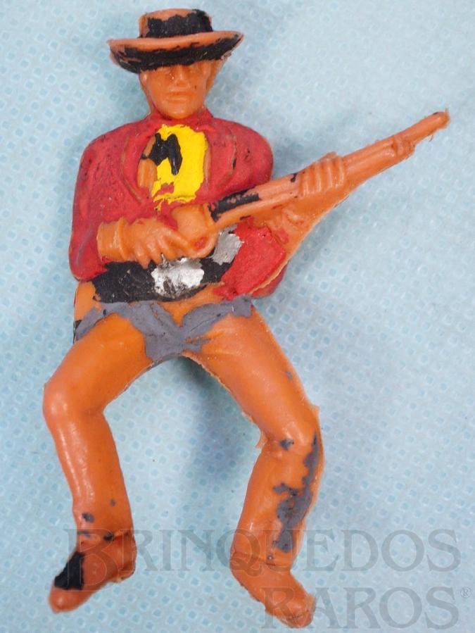 Brinquedo antigo Cowboy montado a cavalo com rifle