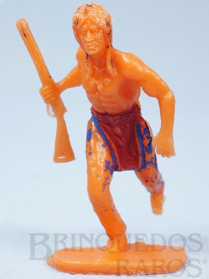 Brinquedo antigo Índio correndo com rifle de plástico laranja pintado Década de 1970