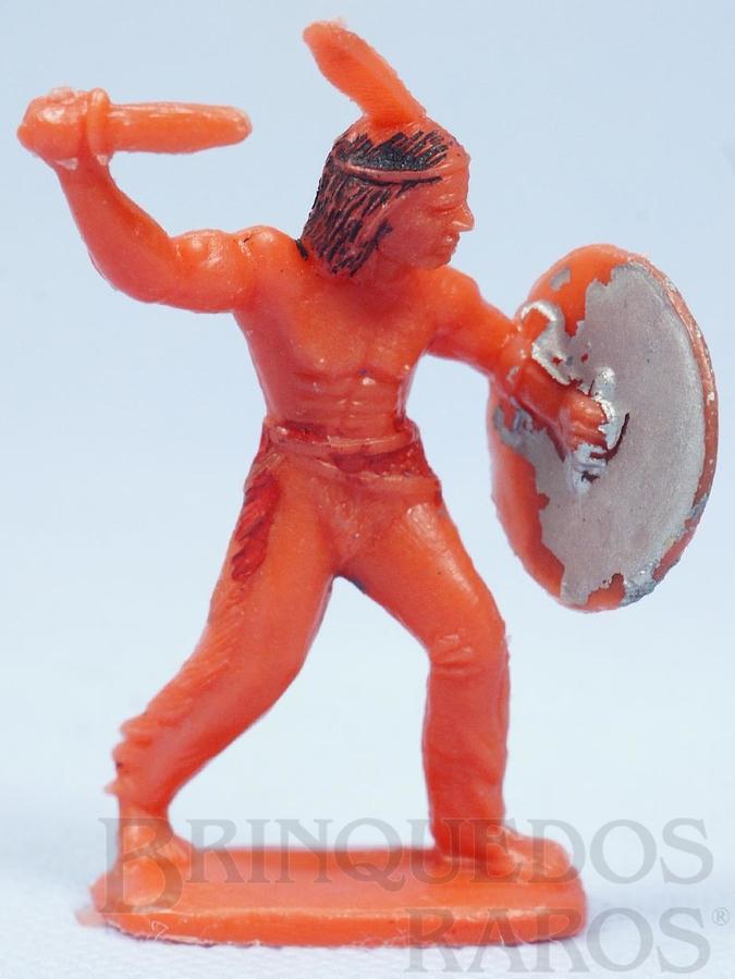 Brinquedo antigo Índio de pé com faca e escudo de plástico laranja pintado Década de 1970
