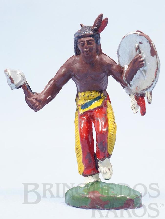 Brinquedo antigo Índio de pé com machado e escudo