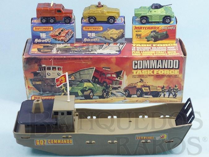Brinquedo antigo Lancha de Desembarque Commando Task Force Battle Kings com 27,00 cm de comprimento Acompanha 3 Veículos Rola-Matics Década de 1970