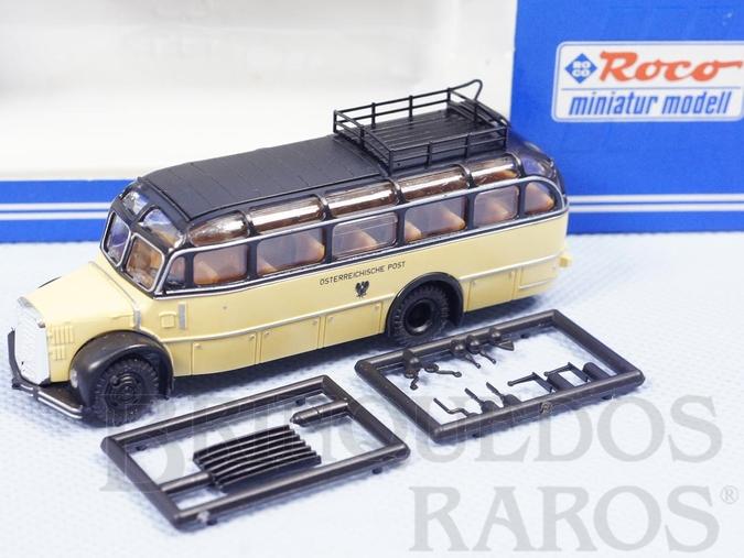 Brinquedo antigo Ônibus Saurer Komet do Correio Austríaco com acessórios ainda por colar Década de 1980