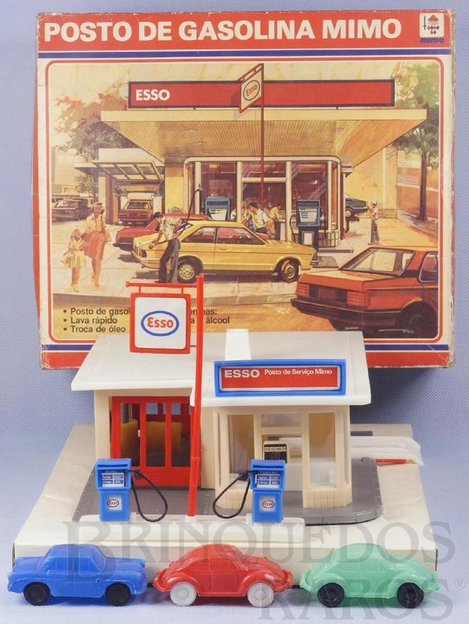 Brinquedo antigo Posto de Gasolina Mimo Bandeira Esso com base de 19,00 cm x 21,00 cm Acompanha 3 carros de Plástico Assoprado sendo 2 Volkswagen Sedan e um Carro Aero Willys Década de 1970