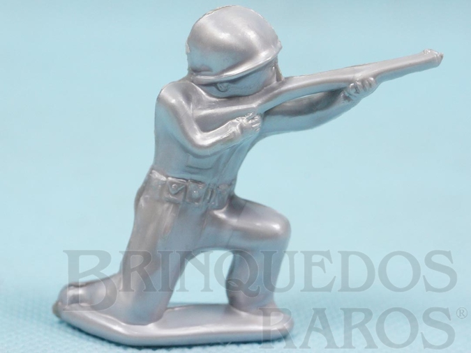 Brinquedo antigo Soldado ajoelhado atirando com Fuzil 5,50 cm de altura Plástico alumínio Década de 1960