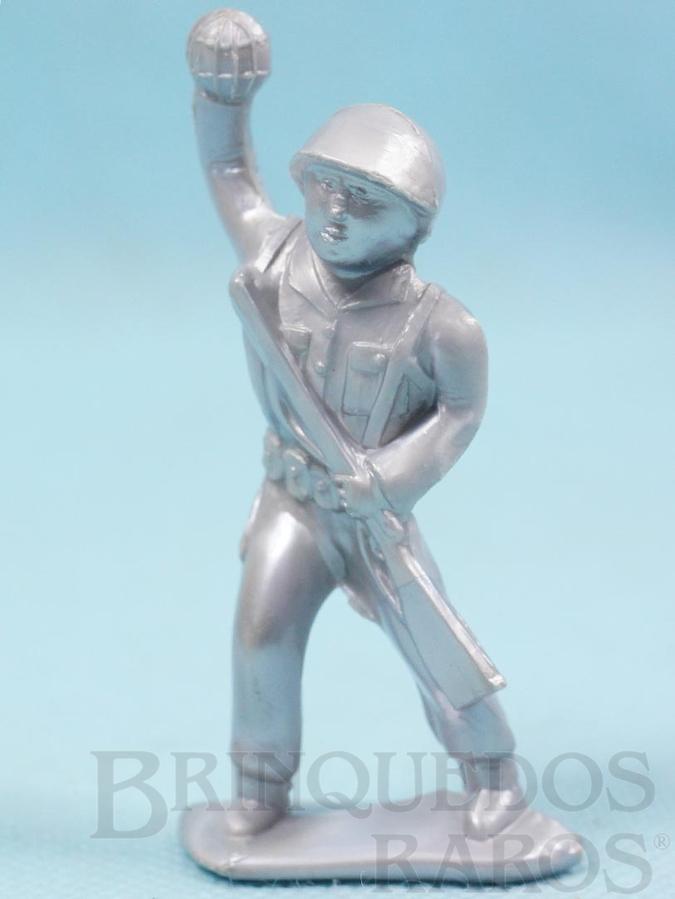 Brinquedo antigo Soldado atirando granada 8,00 cm de altura Plástico alumínio Década de 1960