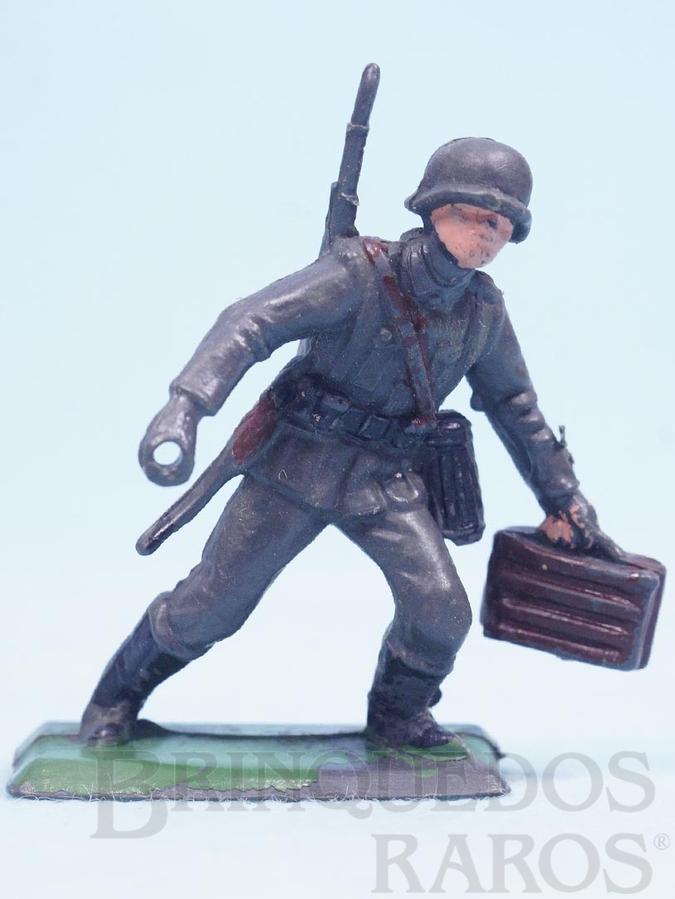 Brinquedo antigo Soldado com Caixa de Munição Uniforme Alemão da Segunda Guerra Mundial incompleto falta a metralhadora Década de 1970