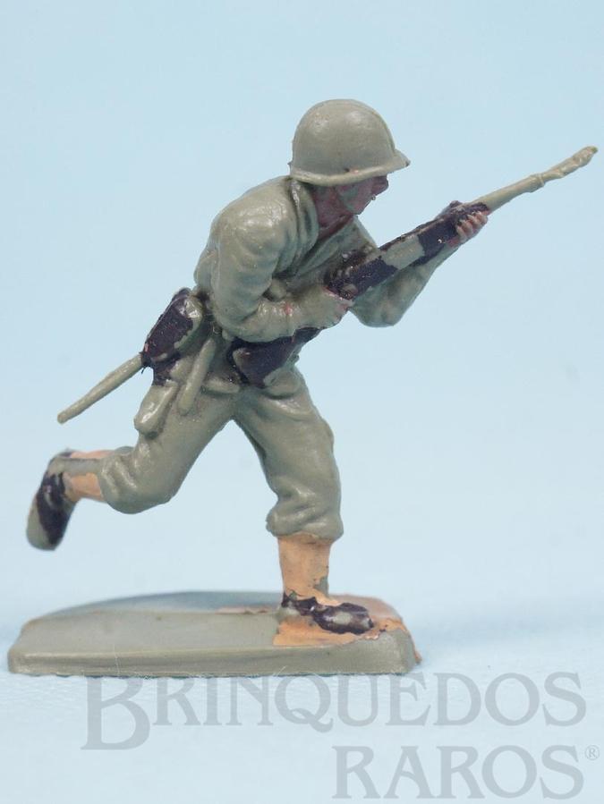 Brinquedo antigo Soldado correndo com fuzil Uniforme Americano da Segunda Guerra Mundial Década de 1970