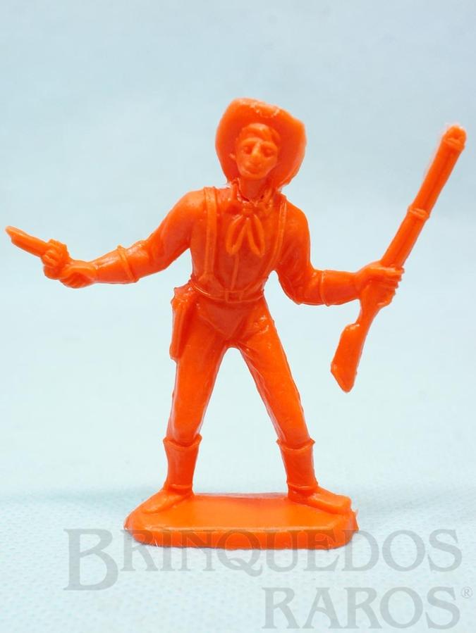 Brinquedo antigo Soldado da Sétima Cavalaria de pé com rifle e revolver Plástico laranja Década de 1980
