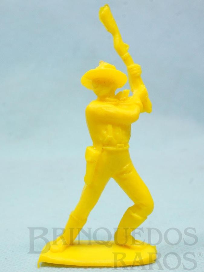 Brinquedo antigo Soldado da Sétima Cavalaria de pé lutando com rifle Plástico amarelo Década de 1980