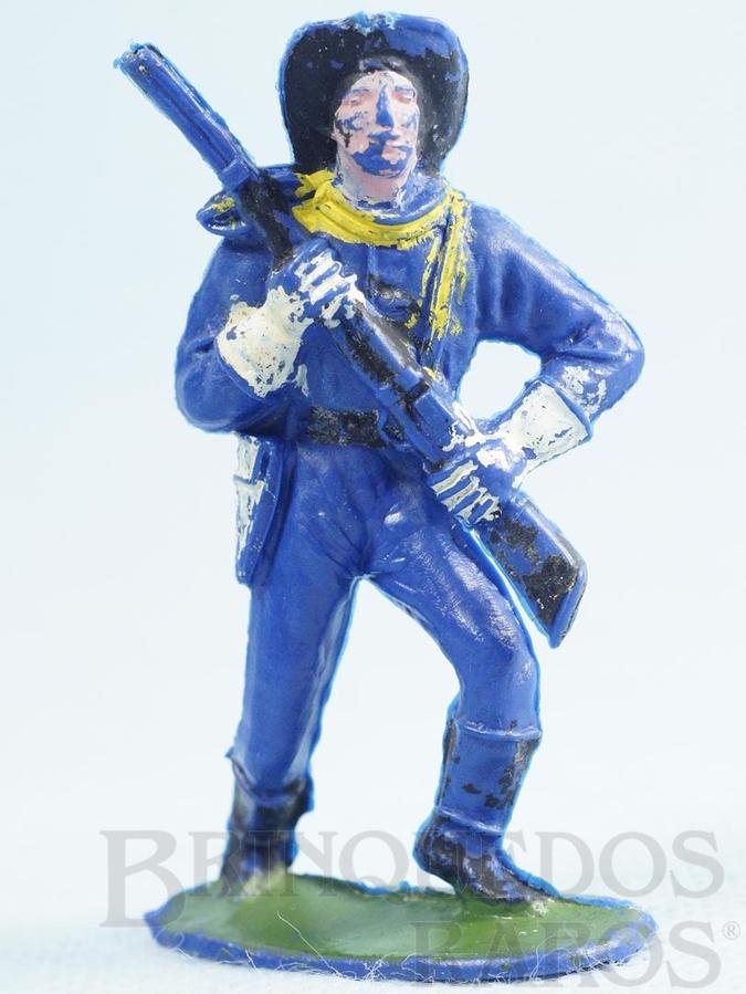 Brinquedo antigo Soldado da Sétima Cavalaria marchando com rifle