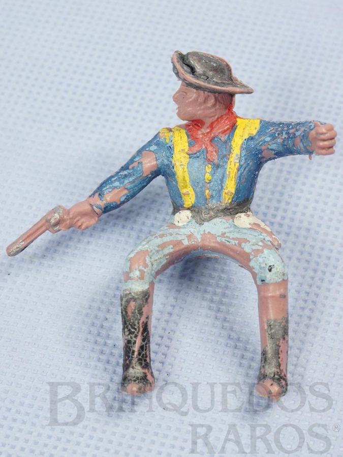 Brinquedo antigo Soldado da 7ª Cavalaria montado a cavalo atirando com revolver Versão de mão fechada Gulliver Década de 1970