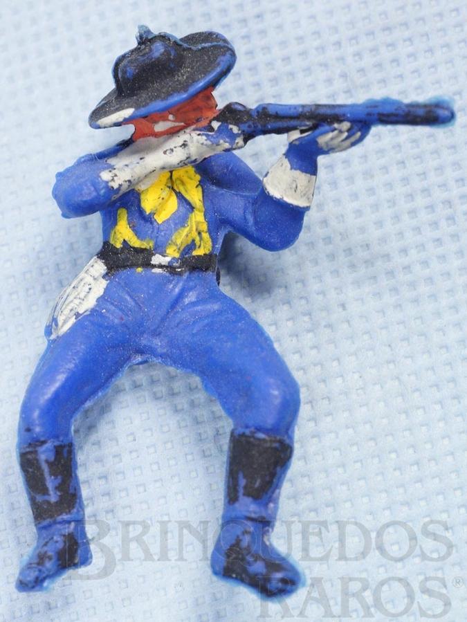 Brinquedo antigo Soldado da 7ª Cavalaria montado a cavalo atirando com rifle