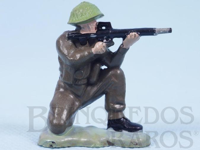 Brinquedo antigo Soldado inglês ajoelhado atirando com fuzil Figura Matriz de soldado do Brinde Toddy Década de 1960