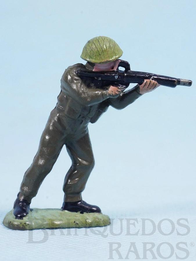 Brinquedo antigo Soldado inglês atirando com fuzil Década de 1960