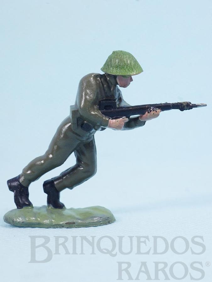 Brinquedo antigo Soldado inglês avançando com fuzil Década de 1960
