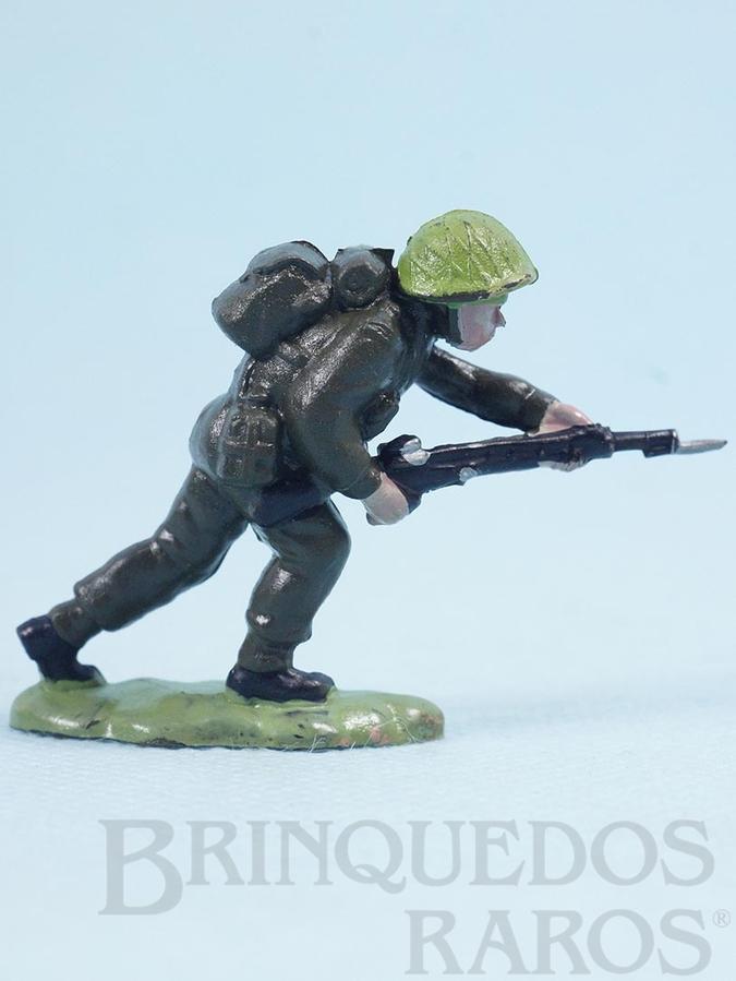 Brinquedo antigo Soldado inglês avançando com fuzil Figura Matriz de soldado do Brinde Toddy Década de 1960