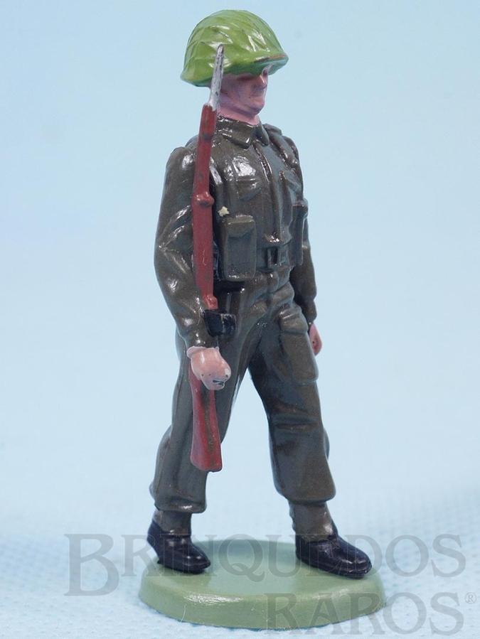 Brinquedo antigo Soldado inglês marchando com fuzil Década de 1960