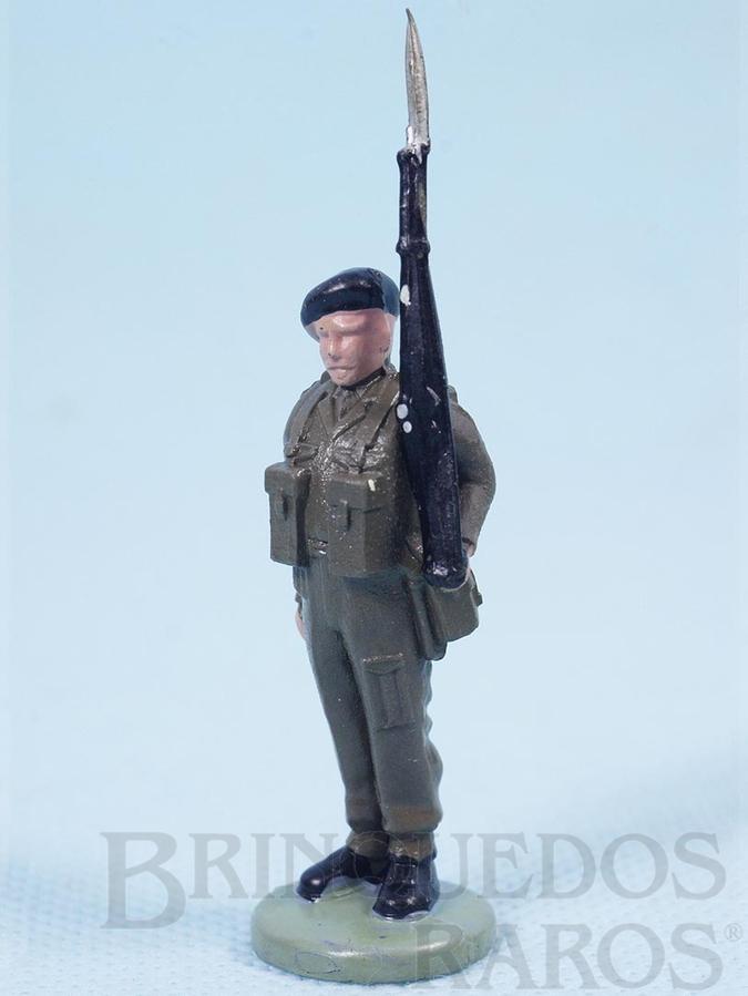 Brinquedo antigo Soldado inglês montando guarda com fuzil Década de 1960