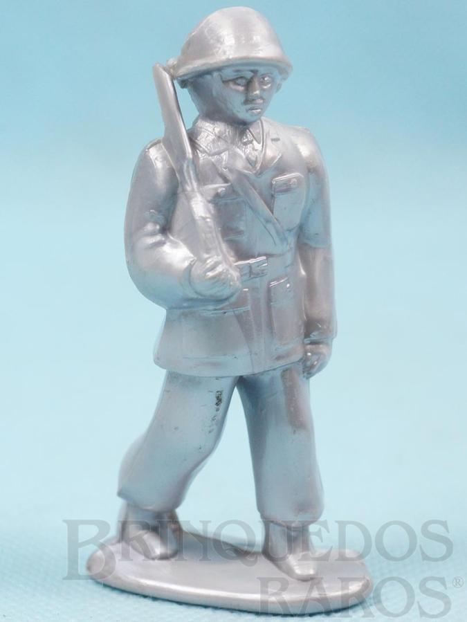 Brinquedo antigo Soldado marchando com Fuzil 8,00 cm de altura Plástico alumínio Década de 1960