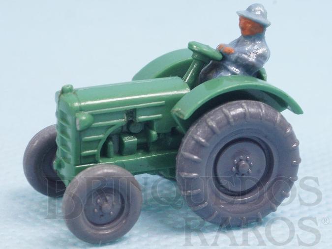 Brinquedo antigo Trator agrícola Massey Ferguson com tratorista de plástico marmorizado Década de 1960