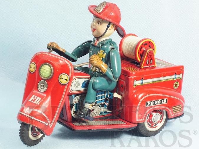 Brinquedo antigo Triciclo de bombeiro com 23,00 cm de comprimento Executa um traçado em oito O Boneco faz movimento com os braços e as pernas Década de 1960