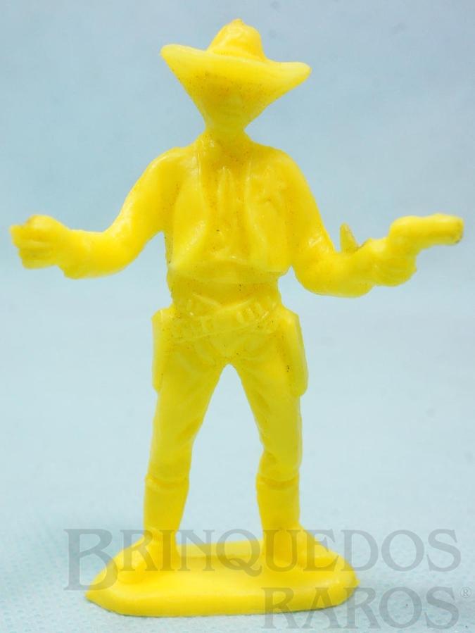 Brinquedo antigo Xerife de pé com dois revolveres de plástico amarelo Década de 1980